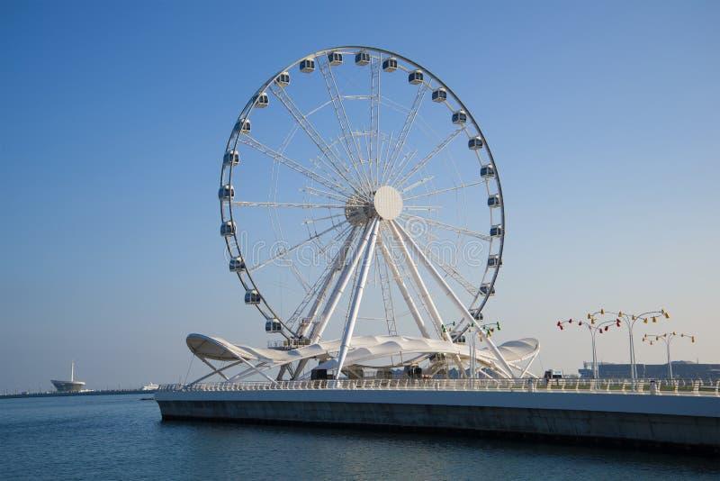 Grande roue sur le remblai de la Mer Caspienne pendant le jour ensoleillé Bakou, Azerbaïdjan photos stock