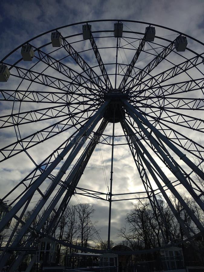 Grande roue sur un fond de ciel nuageux photo stock