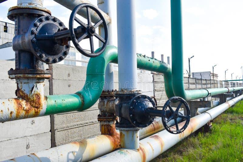 Grande rubinetto di tubo sulla rete dei tubi di gas fotografia stock
