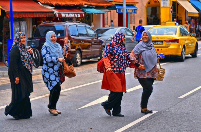 Grande rue de ville avec la femme islamique dans le secteur arabe coloré de rue dans la métropole asiatique Singapour image stock