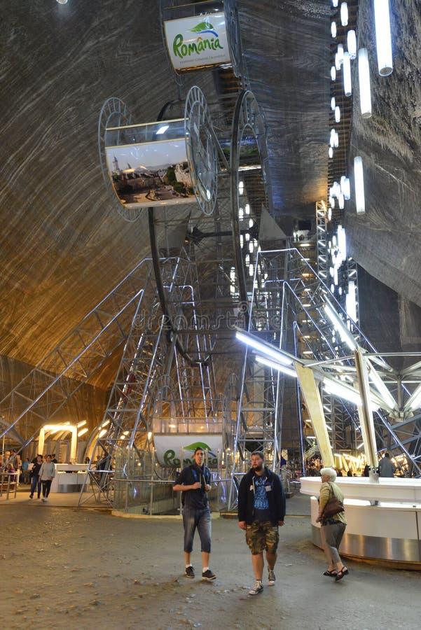 Grande ruede adentro la mina de sal Salina Turda en Rumania imagen de archivo libre de regalías