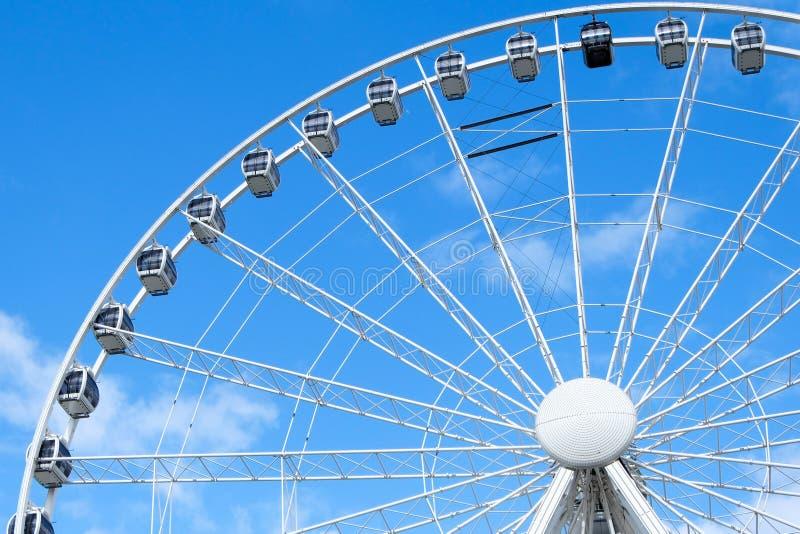 Grande ruota di ferris con cielo blu fotografia stock