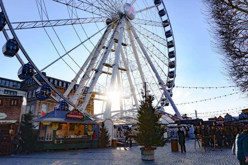 Grande ruota e mercato di Natale, Dusseldorf, Burgplatz sul fiume il Reno immagini stock