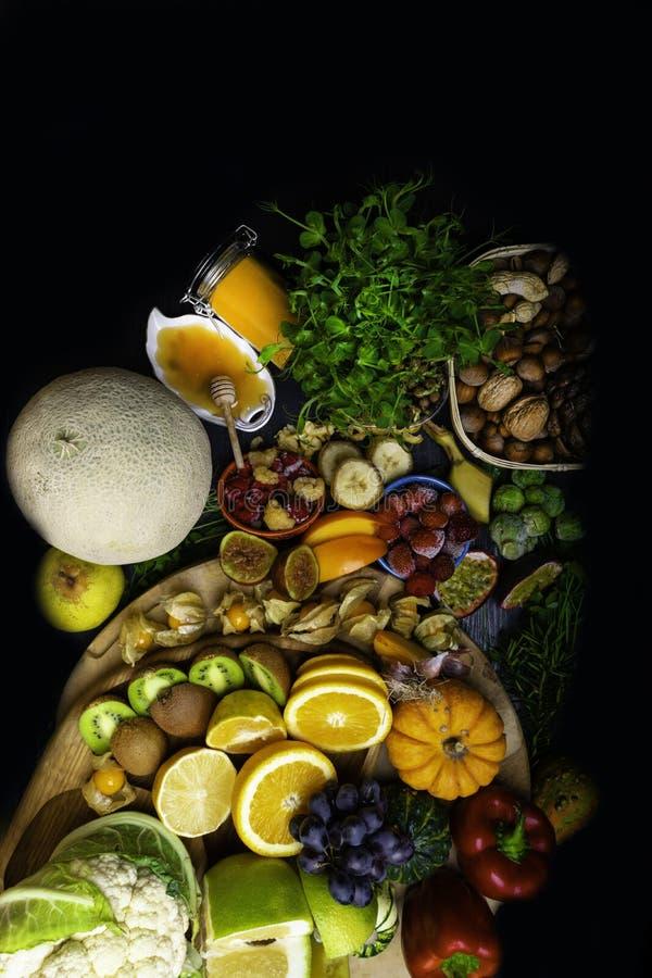 Grande sélection de nourriture biologique avec des nourritures hautes aux antioxydants et à l'arrière-plan noir en bois de vitami photos libres de droits