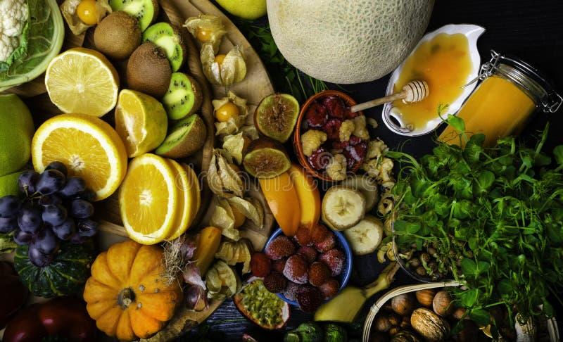 Grande sélection de nourriture biologique avec des nourritures hautes aux antioxydants et à l'arrière-plan noir en bois de vitami photo libre de droits