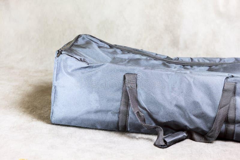 Grande saco escuro fechado em um fundo escuro foto de stock royalty free