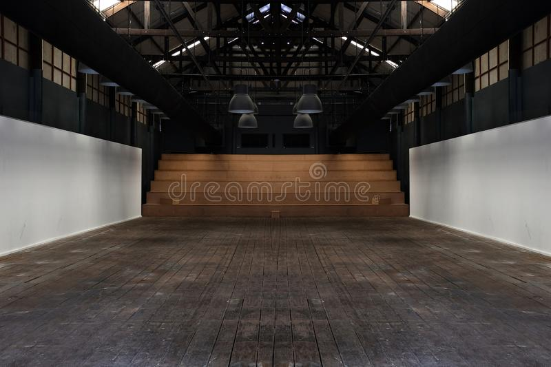 A grande sala espaçoso, iluminada pela luz natural das janelas, espaço interior vazio, era casa ilustração royalty free