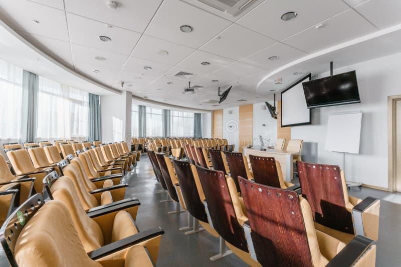 Grande sala per conferenze moderna vuota in albergo di lusso Pubblico per gli altoparlanti alla convenzione ed alla presentazione immagini stock libere da diritti