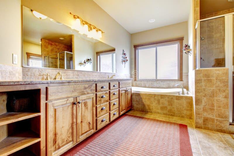 Grande salle de bains avec les meubles en bois et les couleurs naturelles. images libres de droits
