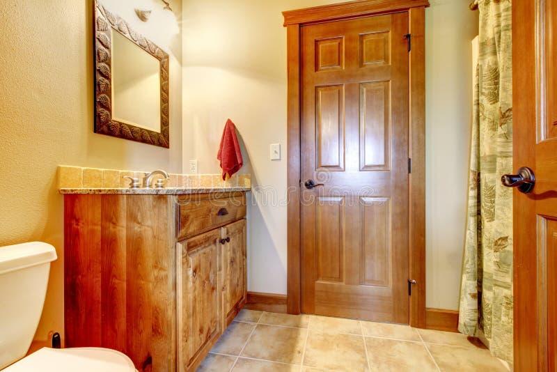 Grande salle de bains avec les meubles en bois et les couleurs naturelles. photographie stock libre de droits