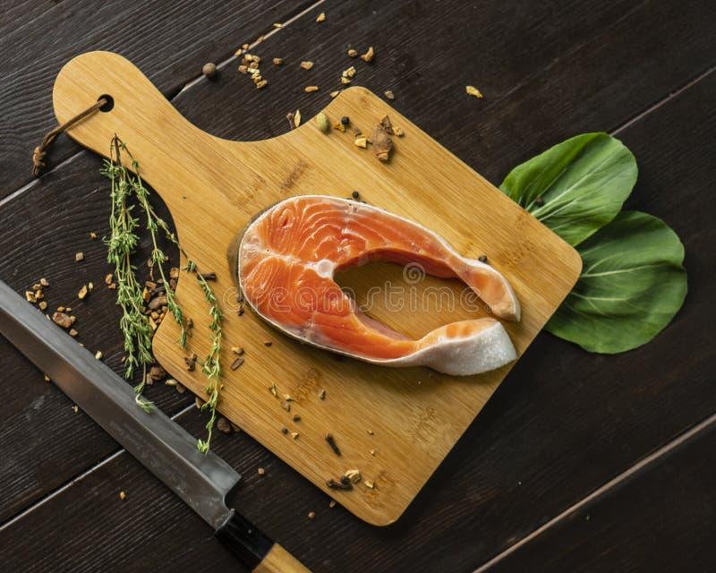 Grande salmone fresco sulla piattaforma di legno immagine stock