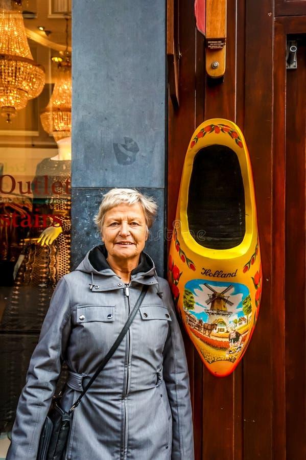 Grande sapata de madeira, pintada no teste padrão e em cores holandeses tradicionais, loja de lembrança exterior de suspensão em  imagens de stock
