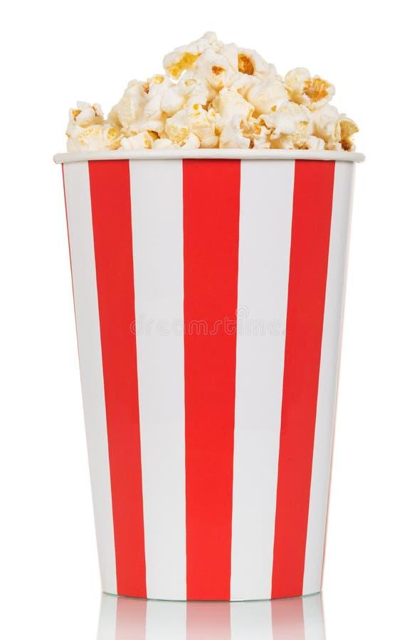 Grande scatola di popcorn fresco delizioso isolato su bianco immagini stock
