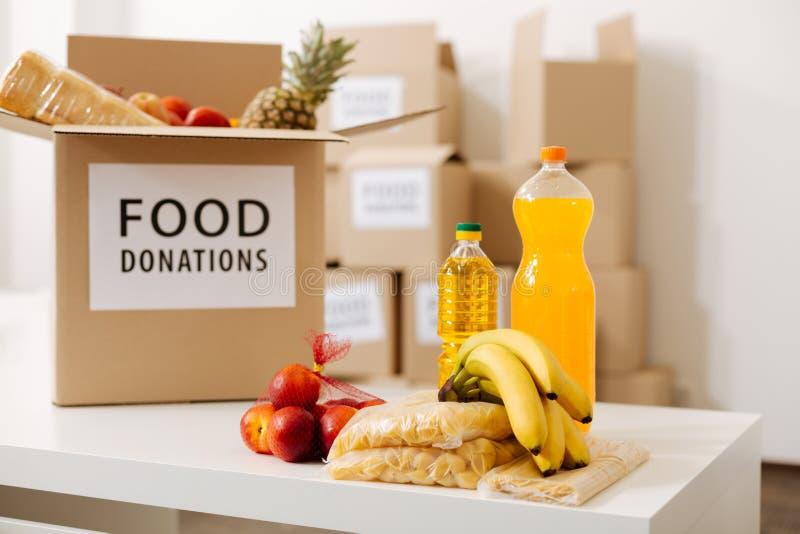 Grande scatola grigia imballata con le donazioni dell'alimento fotografia stock libera da diritti