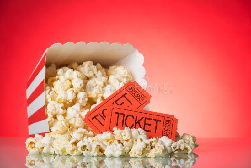 Grande scatola quadrata con i biglietti sbriciolati di film e del popcorn sul brigantino fotografia stock