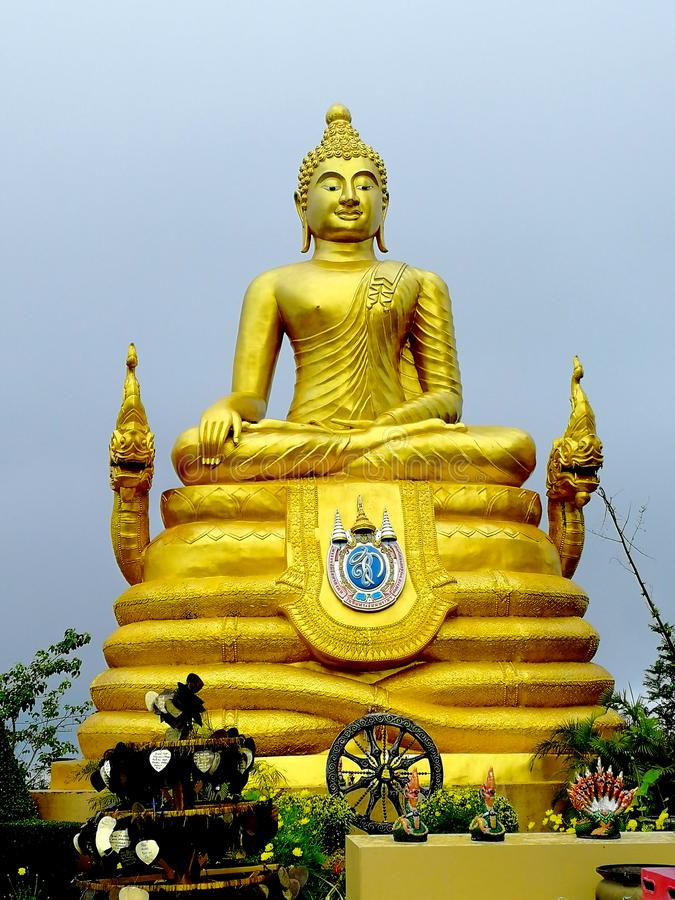 Grande sculpture bouddhiste d'or en Thaïlande photographie stock