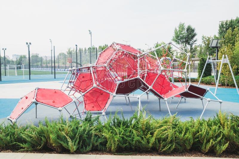 Grande sculpture dans l'espace ouvert sous forme d'élément chimique ou de particule physique image stock