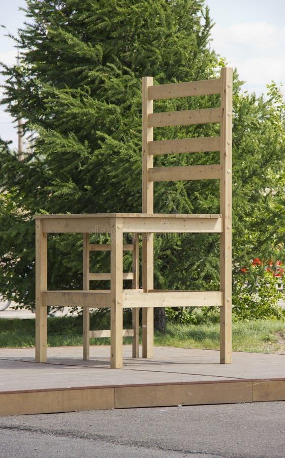 Grande sedia nel parco della città alla luce solare fotografia stock libera da diritti