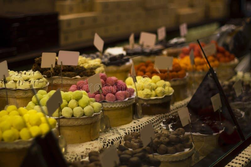 Grande seleção de doces de chocolates no contador do mercado fotografia de stock royalty free