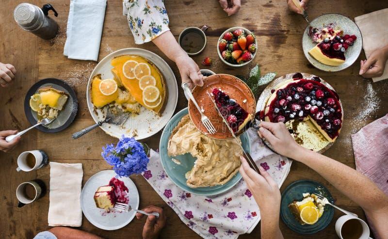 Grande selezione dei dessert su una tavola fotografia stock libera da diritti