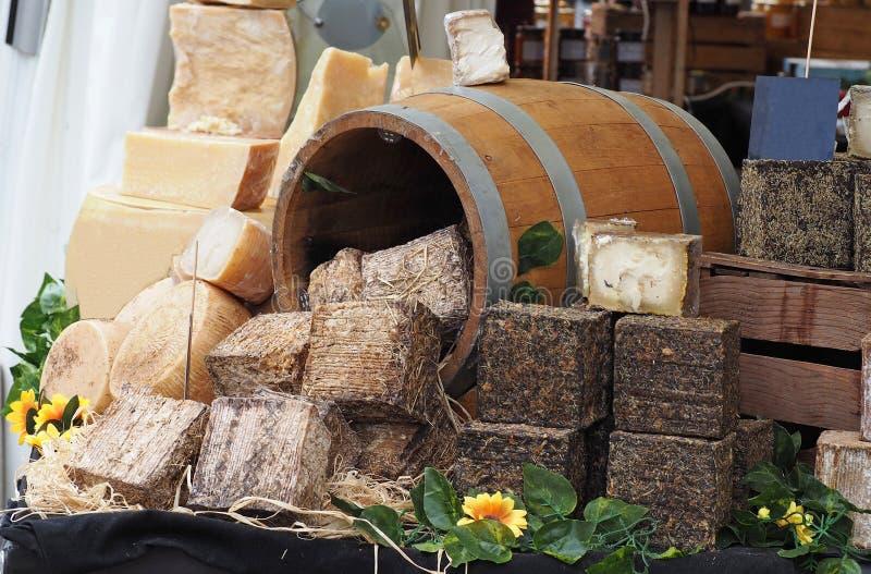 Grande selezione dei formaggi a pasta dura italiani in una finestra decorata del negozio fotografie stock libere da diritti