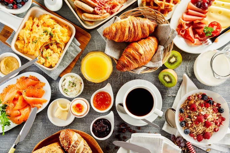 Grande selezione dell'alimento di prima colazione su una tavola fotografie stock