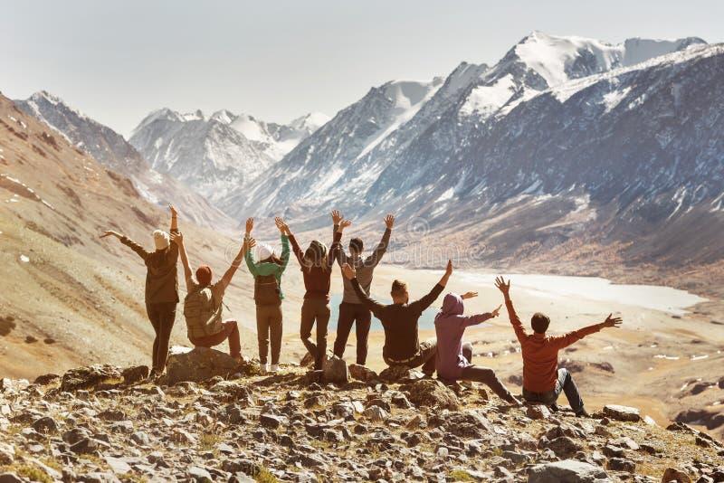 Grande società attiva degli amici felici in montagne immagini stock libere da diritti