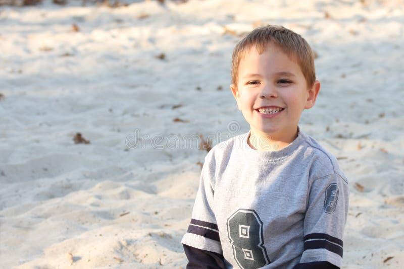 grande sorriso della sabbia del ragazzo immagine stock