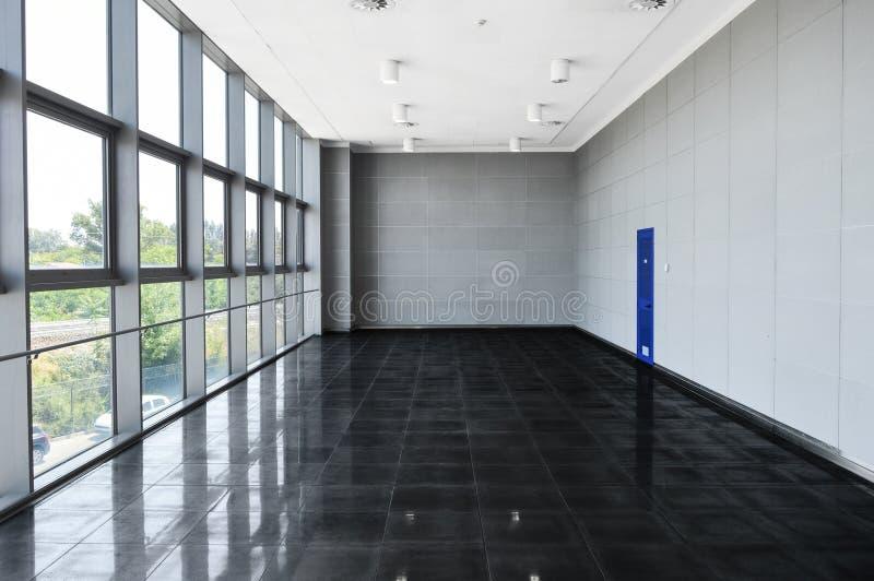 Grande spazio ufficio vuoto con la parete della finestra Illuminazione leggera di giorno fotografia stock libera da diritti