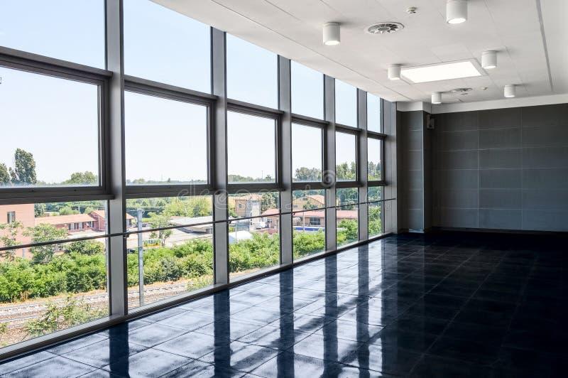 Grande spazio ufficio vuoto con la parete della finestra Illuminazione leggera di giorno fotografia stock