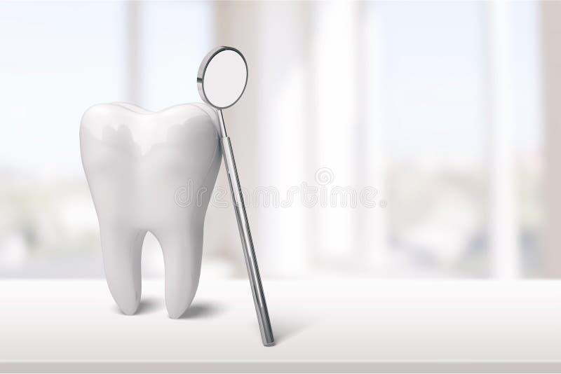 Grande specchio del dentista e del dente nella clinica del dentista sopra fotografia stock
