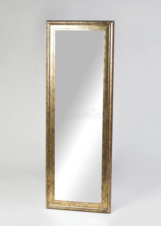 Grande specchio incorniciato dorato isolato su fondo bianco immagine stock