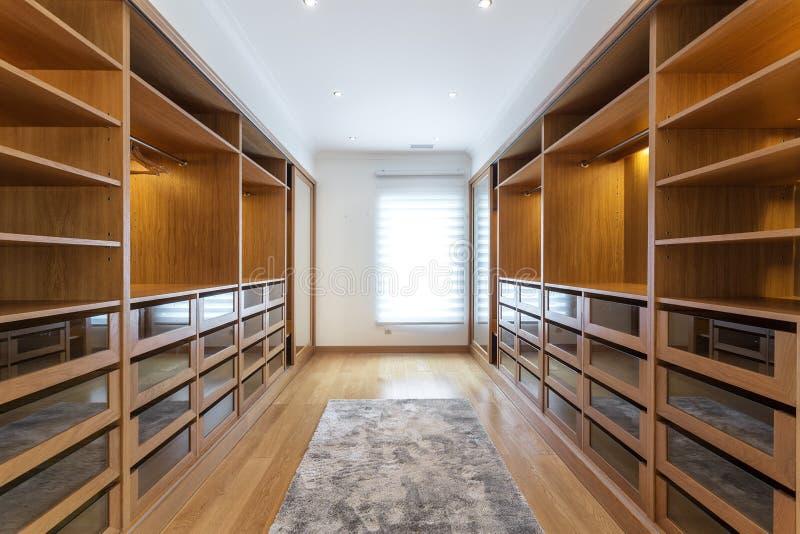 Grande stanza del guardaroba, con gli scaffali vuoti fotografia stock libera da diritti