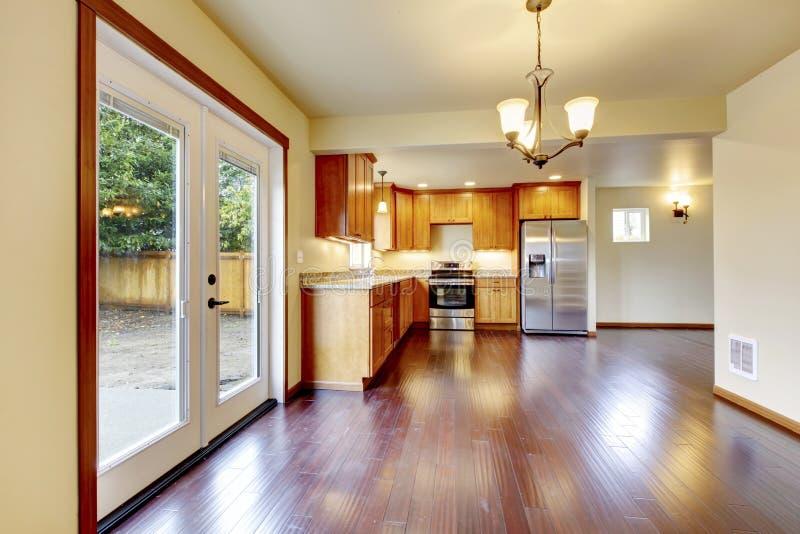 Grande stanza di legno della cucina con il pavimento di legno duro della ciliegia fotografie stock libere da diritti