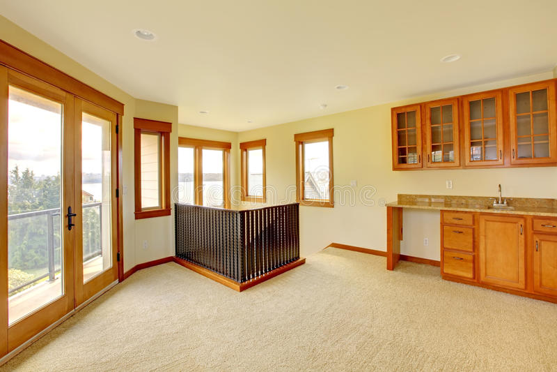 Grande stanza vuota con i gabinetti di legno. Nuovo interno domestico di lusso. fotografia stock