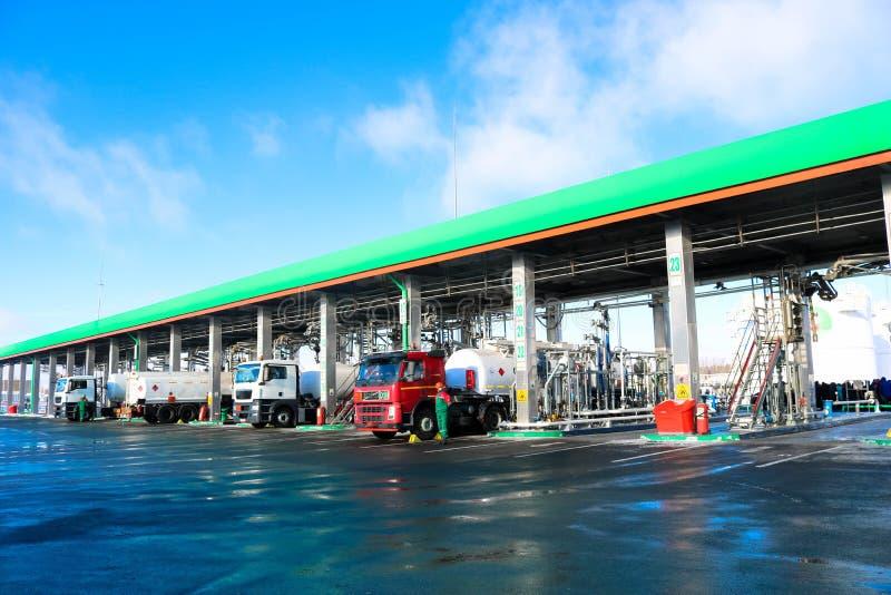 Grande station service industrielle verte pour les véhicules, les camions et les réservoirs de réapprovisionnement en combustible images stock