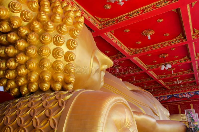 Grande statua adagiantesi di Buddha in Tailandia Wat immagini stock libere da diritti