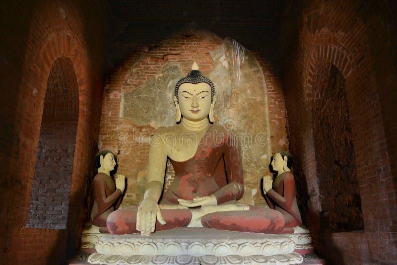 Grande statua antica di Buddha dentro la vecchia pagoda in Bagan, Myanmar fotografie stock