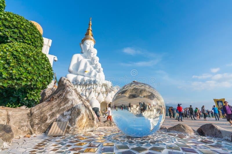 Grande statua bianca di Buddha al tempio presto Kaew di guerra di Pha sulla scogliera di vetro fotografie stock libere da diritti