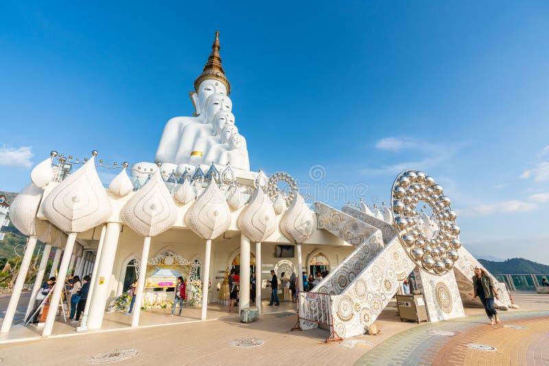 Grande statua bianca di Buddha al tempio presto Kaew di guerra di Pha sulla scogliera di vetro immagine stock libera da diritti