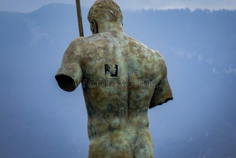 Grande statua dell'uomo nel parco di Pompei fotografia stock