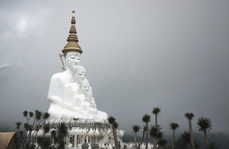 Grande statua di Buddha di cinque bianchi sul fondo del cielo nuvoloso immagine stock