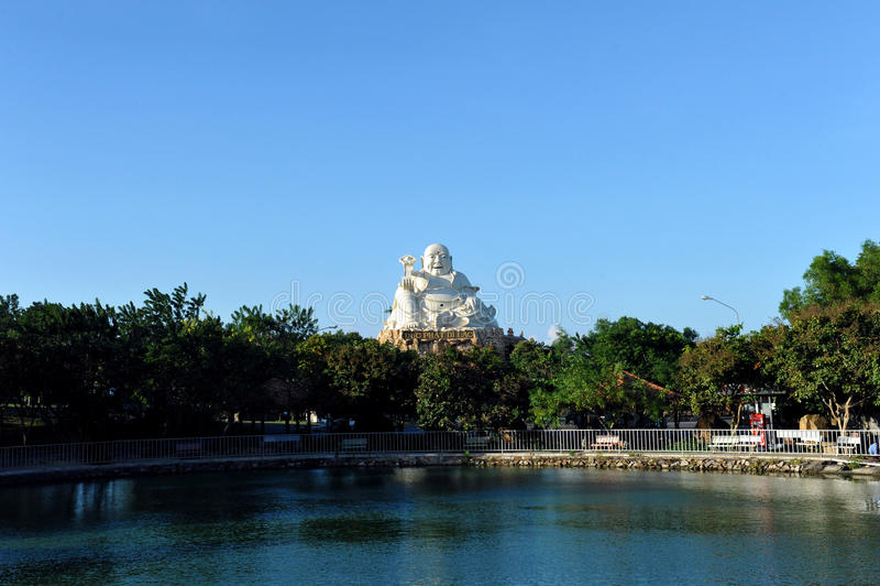 Grande statua di Buddha nella città di Vung Tau vietnam immagine stock