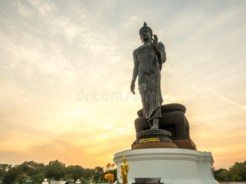 Grande statua di camminata di Buddha con il tono caldo fotografia stock libera da diritti
