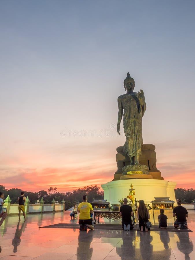 Grande statua di camminata di Buddha con il tono caldo fotografie stock