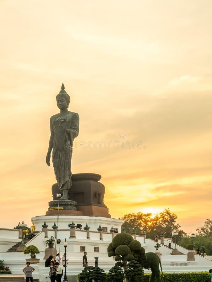 Grande statua di camminata di Buddha con il tono caldo immagine stock