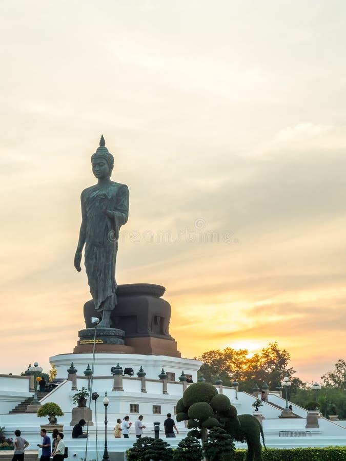 Grande statua di camminata di Buddha in Tailandia immagine stock