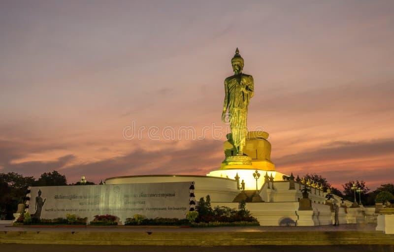 Grande statua di camminata di Buddha in Tailandia immagini stock libere da diritti