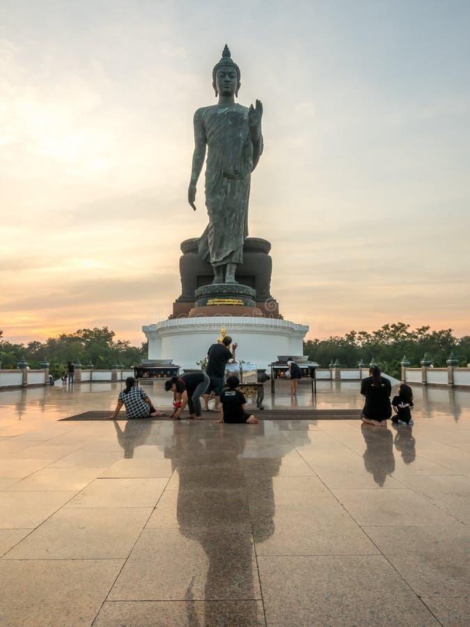 Grande statua di camminata di Buddha in Tailandia immagini stock