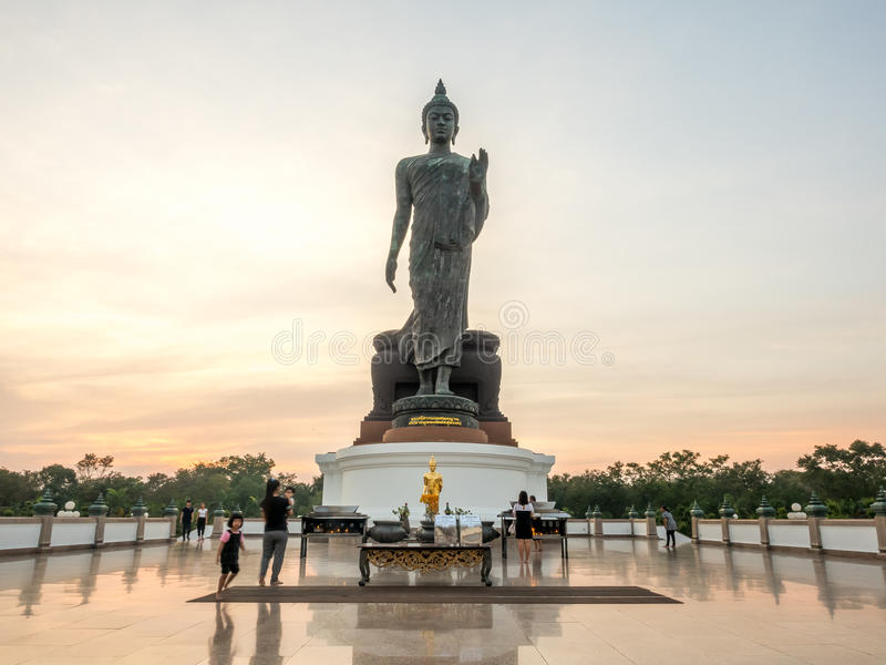 Grande statua di camminata di Buddha in Tailandia fotografie stock